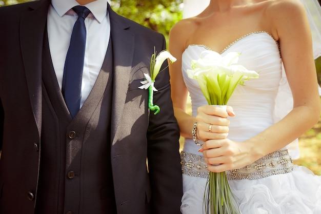 Mariée tenant beau bouquet de fleurs de mariage blanc