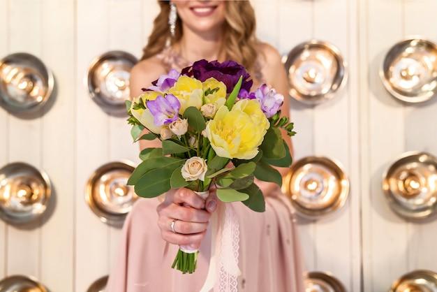 Mariée tenant un bouquet de fleurs, bouquet de mariage. bouquet de tenue de mariée.