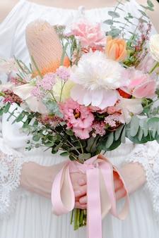Mariée tenant un bouquet de fleurs