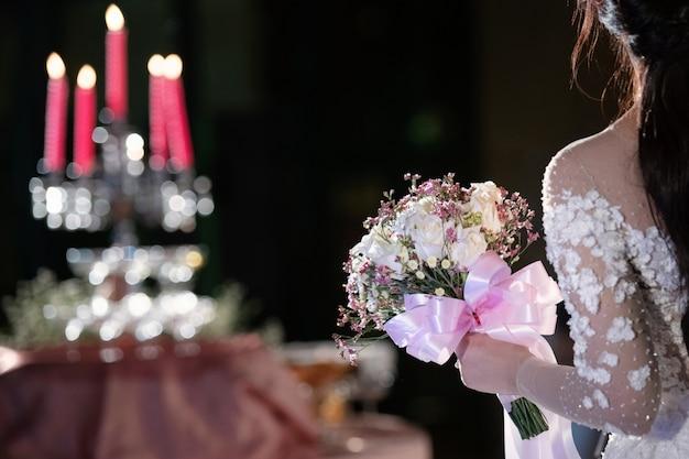 La mariée tient un bouque de mariage
