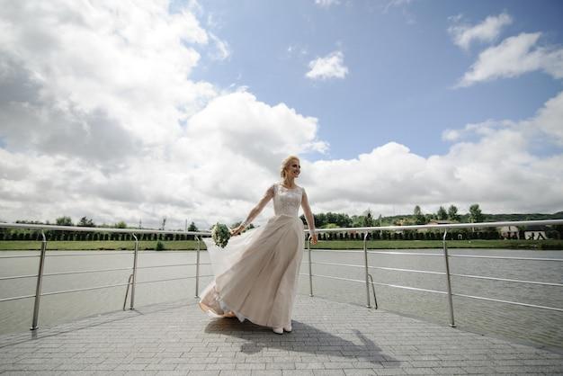 La mariée tient un bouquet de mariée dans ses mains et tourne