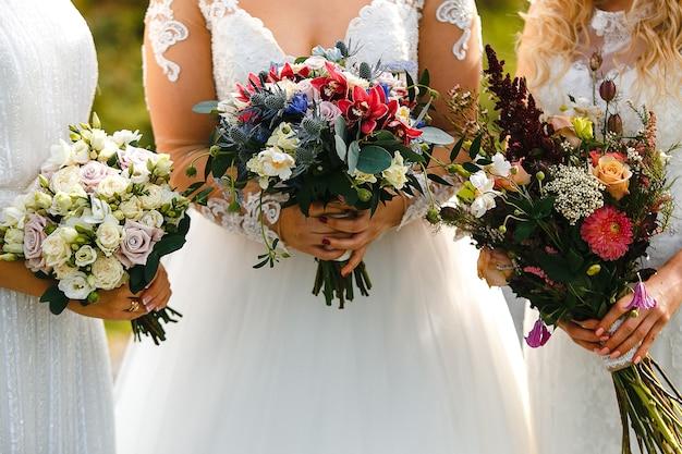 Mariées avec des bouquets de fleurs