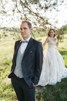 Des mariées heureuses sont photographiées dans les bois en été