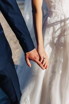 Les mariées marchent ensemble, un jour de mariage festif