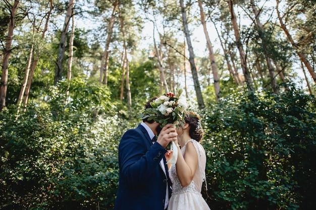 Les mariées se cachent derrière un bouquet