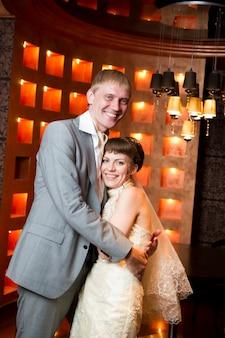 Les mariés dans un intérieur du restaurant