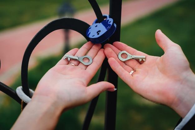 Les mariés détiennent les clés du cadenas, la tradition du mariage russe pour consolider la relation