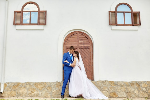 Les mariés embrassent et embrassent au mariage