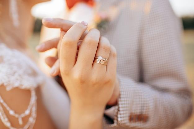 Les mariés le jour du mariage s'embrassent et montrent leur amour au coucher du soleil