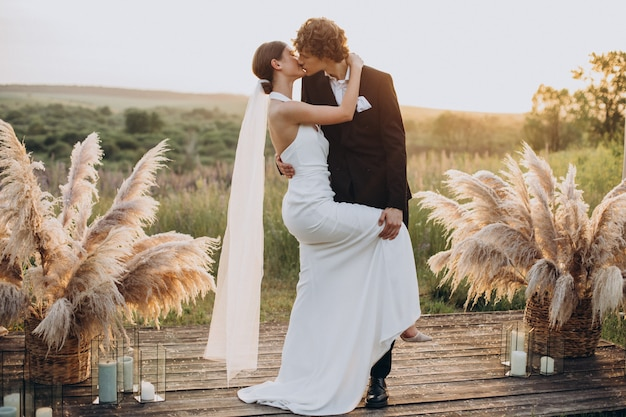 Les mariés lors de leur cérémonie de mariage