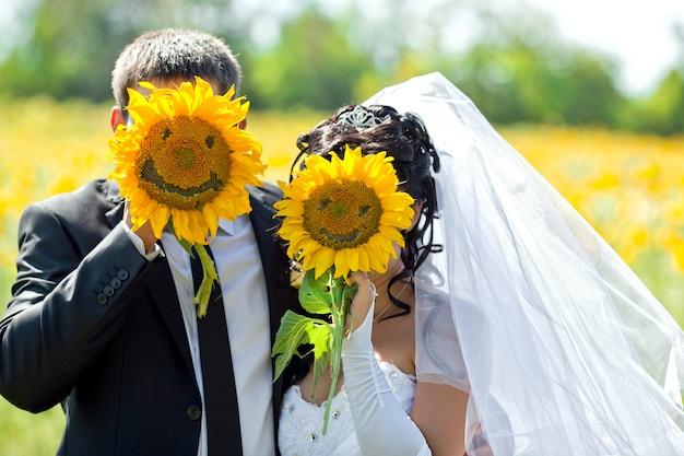 Les mariés avec la mariée sont fermés par des tournesols sur lesquels le smiley est représenté