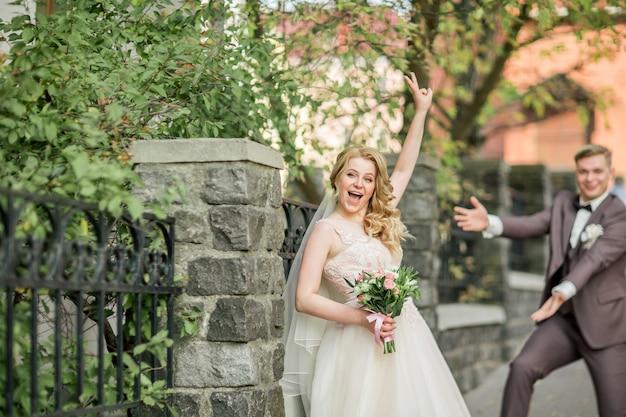 Mariés et mariés très heureux dans une grande rue de la ville. jours fériés et événements