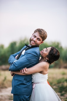 Les mariés ont du temps de romance et heureux ensemble