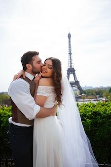 Les mariés passent un moment romantique le jour de leur mariage à paris