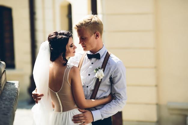 Les mariés posant dans la vieille rue