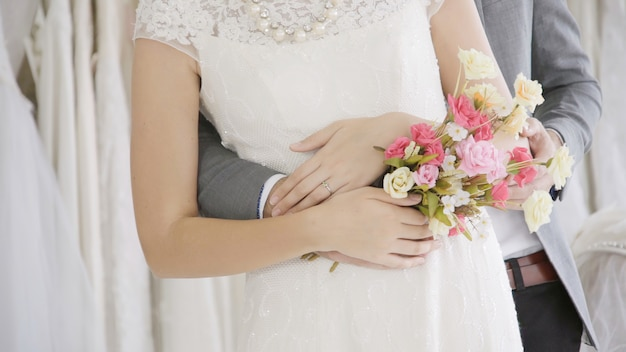Les mariés en robe de mariée préparent la cérémonie.