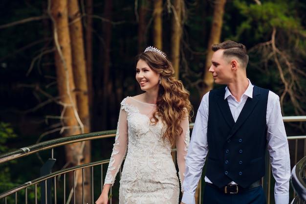 Les mariés se promènent dans la ville.