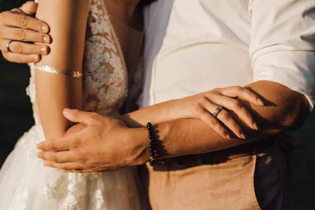 Les mariés se serrent dans leurs bras, sans visage