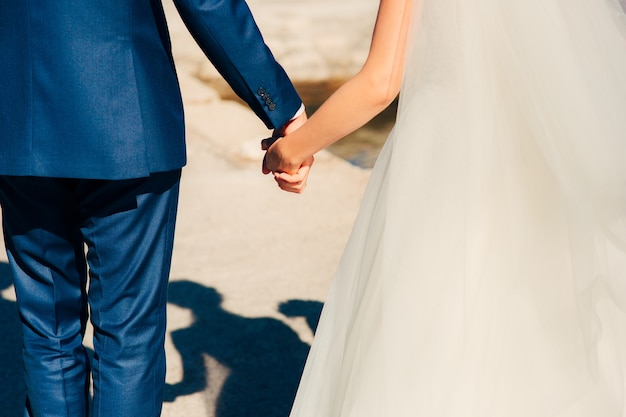 Les mariés se tenant la main