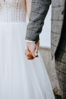 Les mariés se tiennent la main. couple ensemble homme et femme le jour du mariage