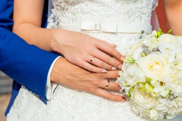 Les mariés tenant par la main