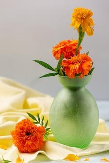 Marigold, citron, concept de traitement de tisane au miel.