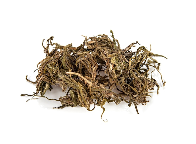 Marijuana. feuilles de cannabis sativa séchées. sur blanc.