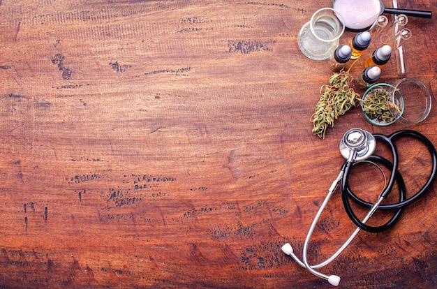 Marijuana médicale dans la fleur de cannabis avant la récolte concept de médecine alternative à base de plantes, huile de cbd, industrie de la médecine dans une serre.