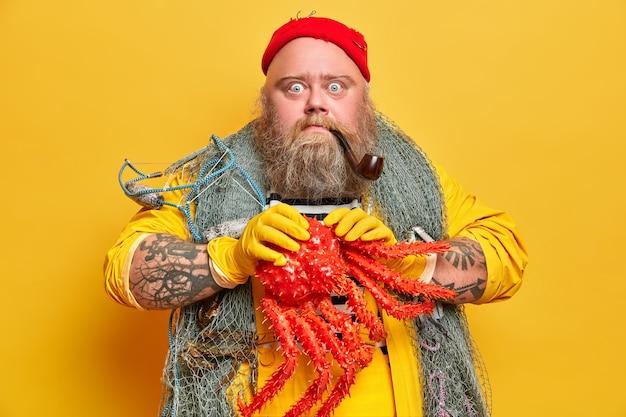 Marin mâle barbu obèse avec filet de pêche