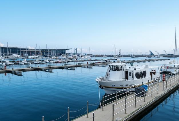 Marina avec des bateaux amarrés