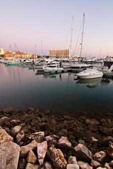 Marina avec des bateaux de plaisance