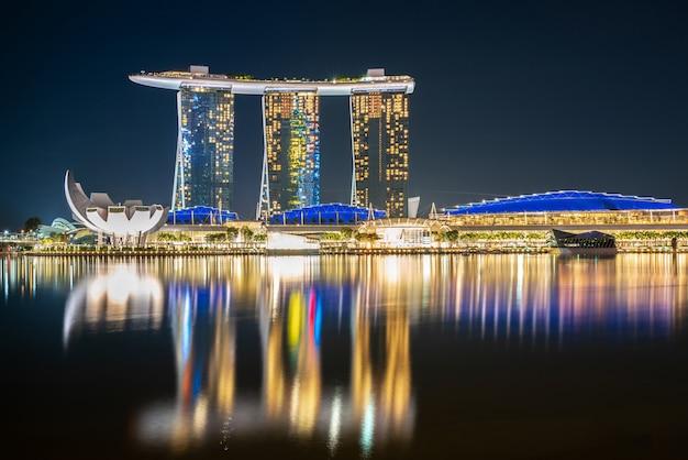 Marina bay illuminée se reflétant dans l'eau