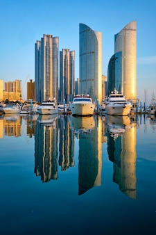 Marina de busan avec yachts au coucher du soleil, corée du sud