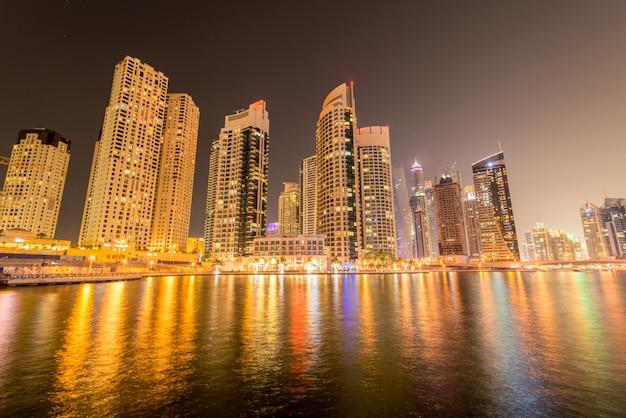 Marina district le 10 janvier aux emirats arabes unis, dubaï. le quartier de la marina est un quartier résidentiel populaire à dubaï