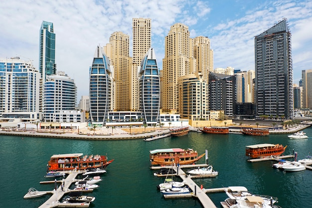 Marina de dubaï avec des bateaux