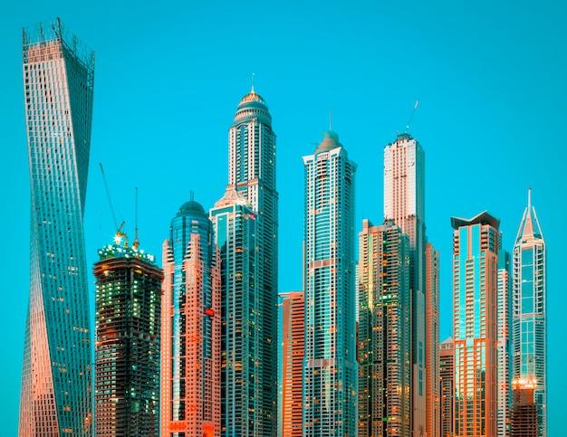 Marina de dubaï avec lumière de bateau, émirats arabes unis