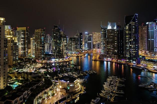 Marina de dubaï la nuit.
