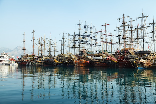 Marina avec excursion de plaisance pirate boats