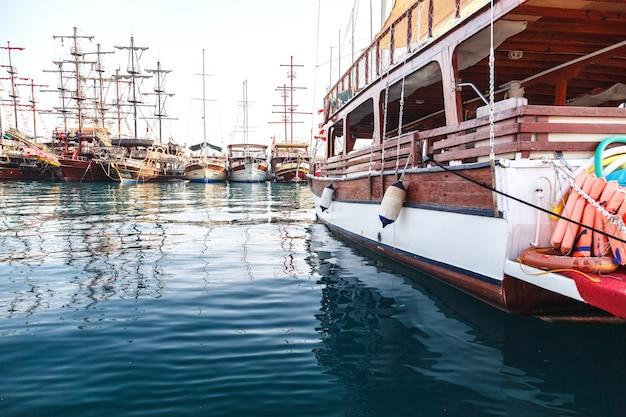 Marina avec excursion de plaisance pirate boats