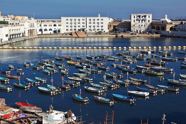 Marina sur la mer méditerranée dans la ville d'algérie, algérie