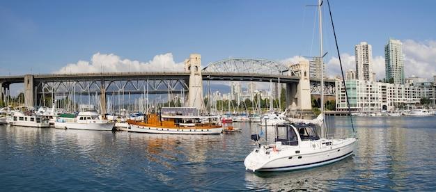 Marina sous le pont de la rue burrard vancouver bc