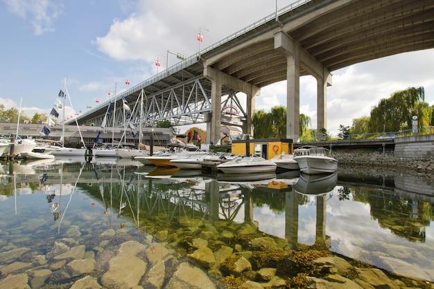 Marina sous le pont de la rue granville vancouver bc