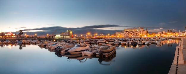 Marina de la ville de faro au coucher du soleil