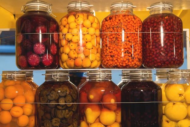 Marinade de fruits délicieuse et saine dans des bocaux. nourriture saine sur les étagères à noël.