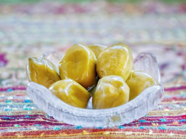 Mariné d'olives marinées. fruits marinés ou fruits sucrés conservés en thaïlande