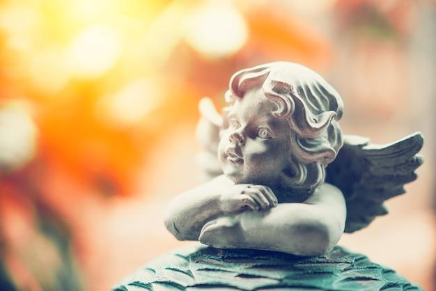 Marionnette cupidon sur pierre