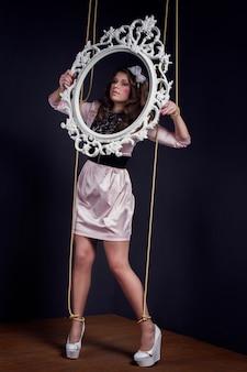 Marionnette féminine halloween avec boîte dans ses mains. poupée fille attachée avec des cordes avec les mains et les pieds