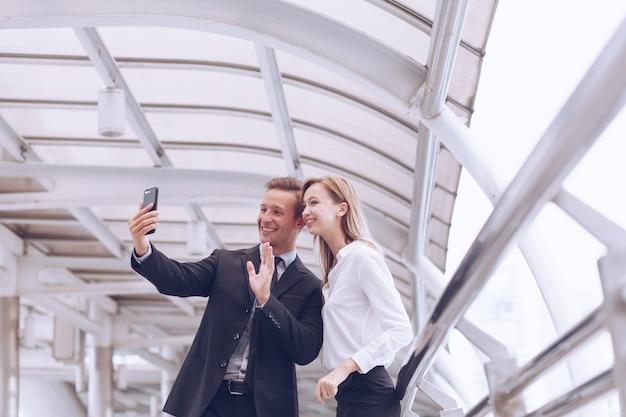 Les maris et la femme utilisent leur smartphone pour passer un appel vidéo