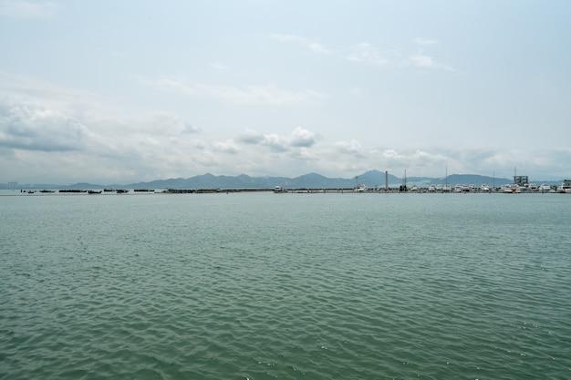 Maritime world yacht center dans la baie de shenzhen, chine