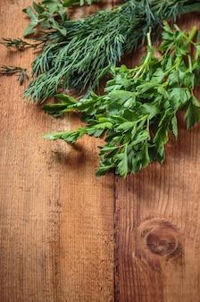Marjolaine aux herbes épicée sur une table en bois